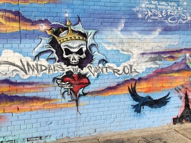 Bushwick streetart tour - Vandals in control op Melrose Street
