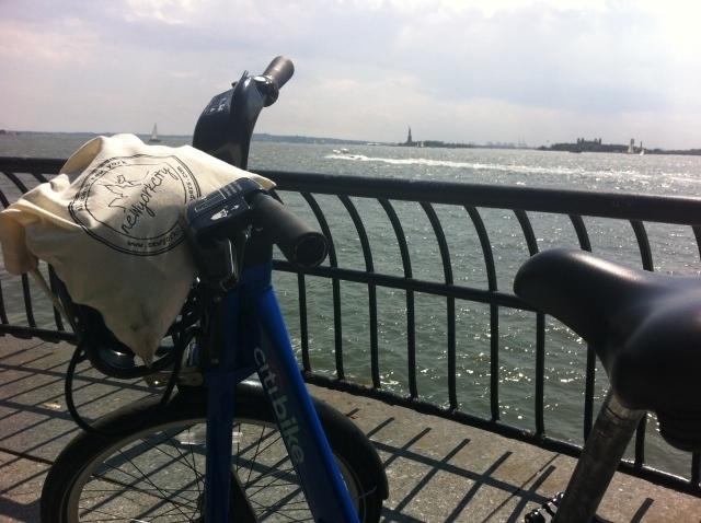 Fietsen door Battery Park langs het vrijheidsbeeld op de Citibike