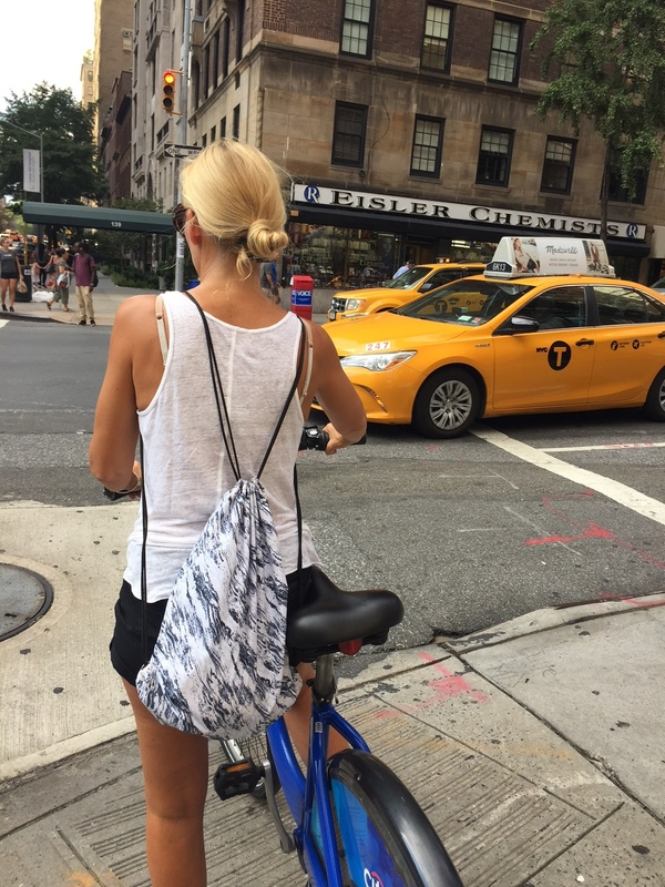 Newyorkcitytripper Esther op de Citibike in New York